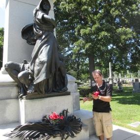 Le Haymarket Martyrs' Monument est un monument funéraire situé dans le cimetière de Forest Home à Forest Park (banlieue de Chicago). Il commémore les événements qui ont eu lieu le 4 mai 1886 à Haymarket Square (Chicago). En savoir plus : https://fr.wikipedia.org/wiki/Haymarket_Martyrs%27_Monument