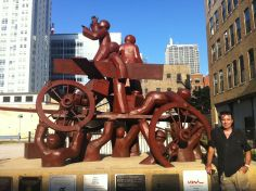 Le Haymarket Memorial est une sculpture contemporaine situé 75 N. Desplaines Street dans le centre de Chicago sur l'emplacement de l'ancien Haymarket Square. En savoir plus : https://www.cityofchicago.org/city/en/depts/dca/supp_info/chicago_s_publicartthehaymarketmemorial.html