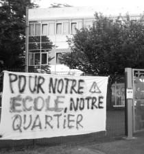 banderole devant école Freinet de Mons-en-Bl