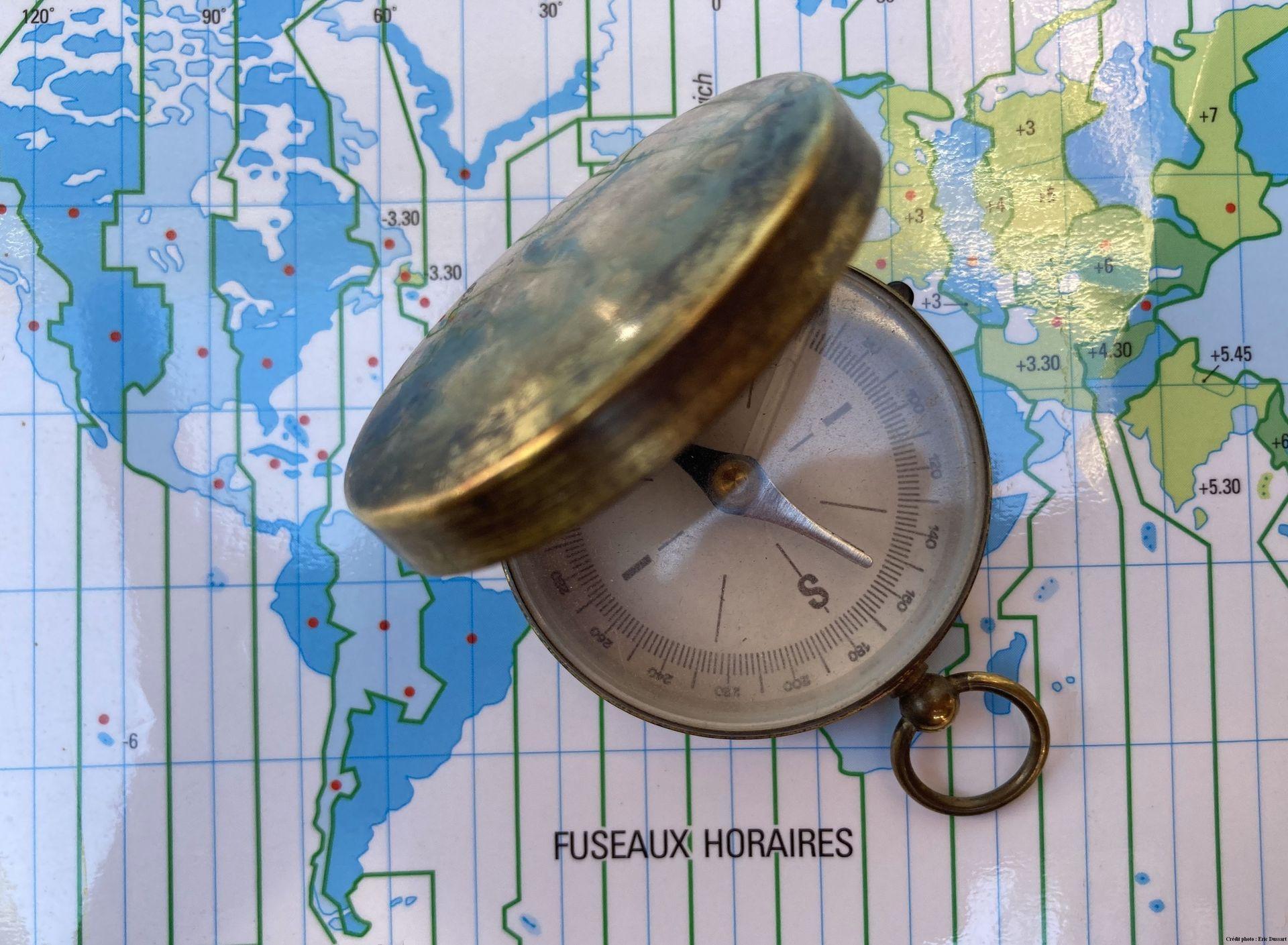 boussole et carte des fuseaux horaires (crédit photo Eric dussart)